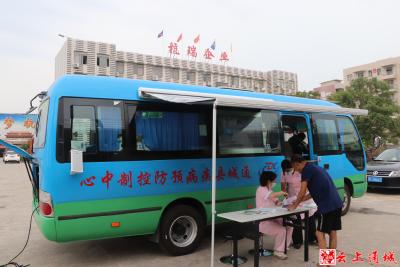 """【我为群众办实事】通城县疫苗流动接种车""""上门送苗"""""""