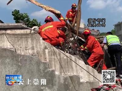 垃圾清运车撞上居民院墙 县消防救援大队成功处置