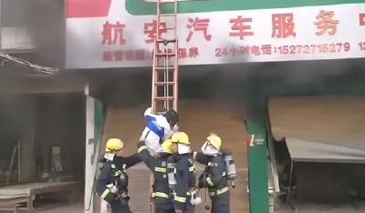 【视频】崇阳城区一门店起火 消防员3分钟救出被困人员!