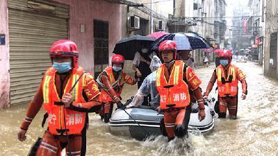【视频】高考考生被积水围困 别慌!消防员划着皮划艇来了!