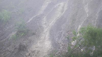 湖北崇阳:咸赵旅游公路发生山体滑坡险情  暴雨中县交通应急队紧急抢险