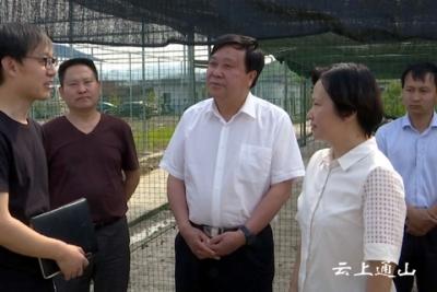 中央省市媒体来我县开展精准扶贫调研采访
