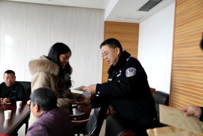 市公安局领导看望慰问通山公安烈属及困难民警代表