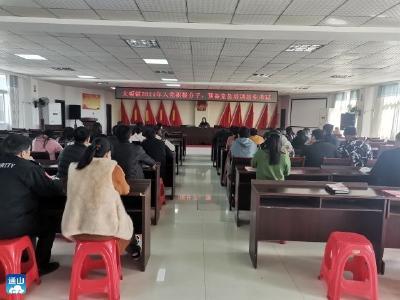 通山一中初中部组织学生观看爱国主义教育影片