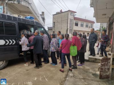 长江云——V视 | 免费专车接送  通羊镇300余名村民集中接种疫苗