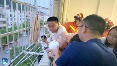 """惊险!通山2岁女童头被卡防盗窗悬在半空 邻居化身""""托举哥""""相救"""