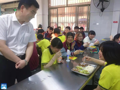 县教育局检查组深入实验中学调研食堂食品安全工作