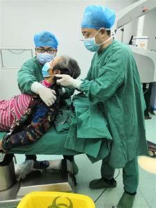 """【湖北日报】患者""""驼背""""不能平躺,医生站了一个半个小时给他手术"""