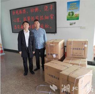 【湖北日报】爱心企业家为家乡捐赠10万只医用口罩