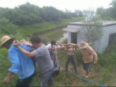 陈店乡干群全力以赴缓解旱情