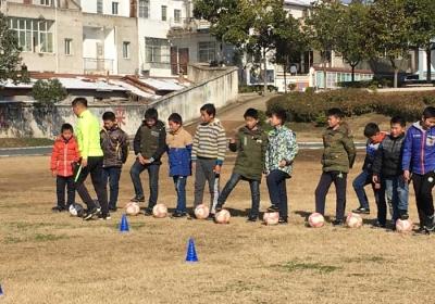 武汉新阵营俱乐部赴花园小学捐赠教学
