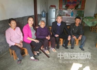 孛畈镇:重阳节看望慰问百岁老人