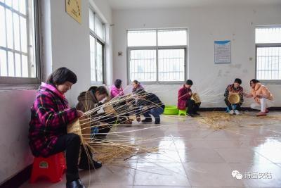 安陆特校开办柳编培训班帮助残障儿童成长
