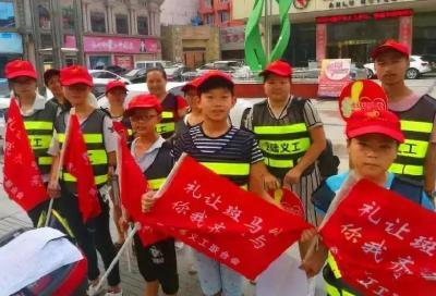 城区街头红马甲,让出行更文明