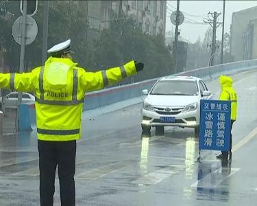 雪中最美风景:安陆交警冒雪执勤保畅通