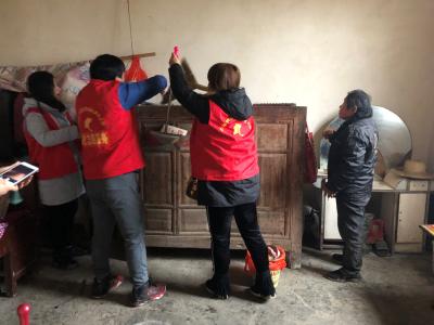 初春小雨寒,雷锋活动暖 —文化志愿者深入贫困户开展义务劳动