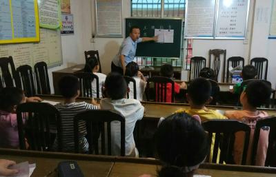 金泉村留守学生学书法
