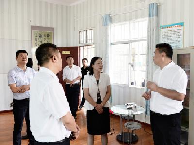 刘敏走访慰问教师并检查校园安全工作