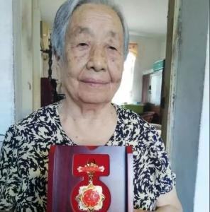 我市一名教师收到庆祝中华人民共和国成立70周年纪念章