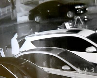 赤壁公安机关破获系列砸车玻璃盗窃案件