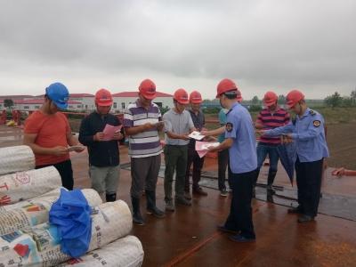 黄盖湖镇食品药品监管所开展送食品安全知识进工地活动