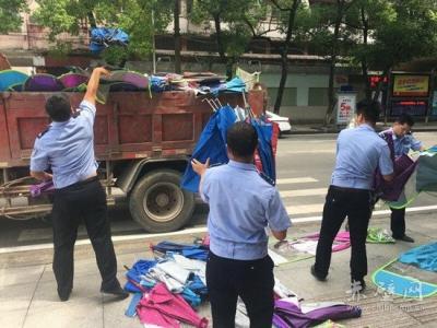 赤壁交警集中销毁遮阳伞 整治行动将成常态