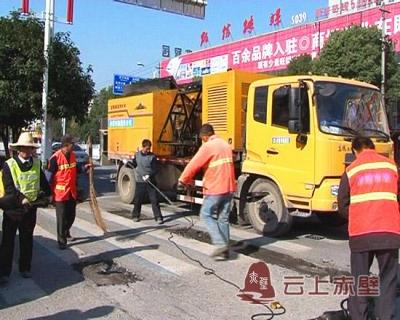 赤壁市政:城市道路维修升级 助市民出行便利安全