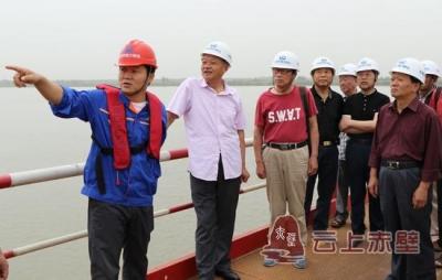献良策 话发展 市老年书画家协会到赤壁长江公路大桥采风