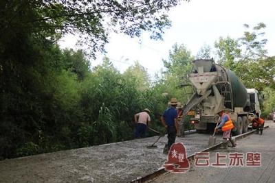咸宁|赤壁市凤余公路改造工程加快路面施工进度
