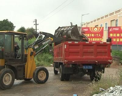 市城管局开展整治渣土清理垃圾活动