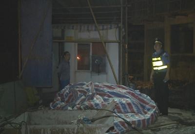 赤壁城管局夜查城区建筑工地 还市民舒适休息环境