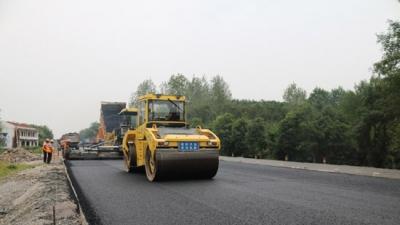 为民生工程助力 赤壁公路建设者国庆施工忙