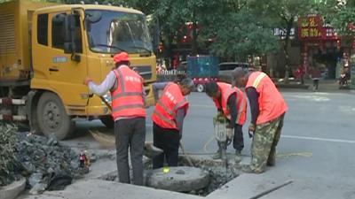赤壁:及时更换破损井盖 确保居民安全出行