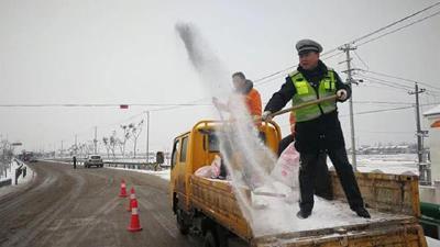湖北出动1.8万警力 全力以赴抗冰雪保平安