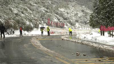 赤壁大范围降雪 公路部门除雪保畅通
