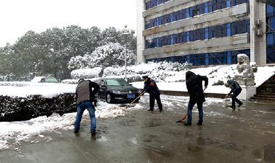 赤壁市干群上路扫雪除冰