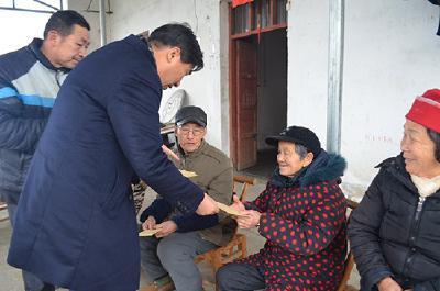 爱心企业传递温暖 慰问老人献爱心