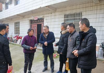赤壁市公路局慰问群众暖人心