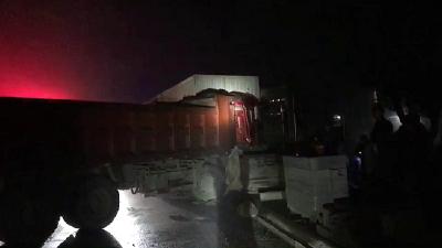 两车相撞司机被卡驾驶室 赤壁消防20分钟成功救出