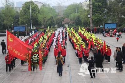 赤壁市蒲圻第二小学开展祭奠革命先烈活动