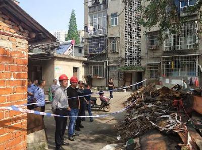 消除安全隐患 保障居民安全蒲圻办事处组织力量拆除旧厂房