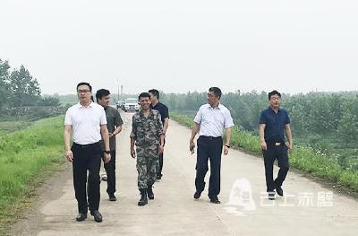 市领导检查指导四邑公堤赤壁段防汛准备工作