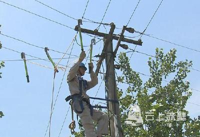 强风刮倒十几基电线杆 市供电公司连夜抢修