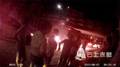 赤壁:豪车车主酒驾 硬核交警出招