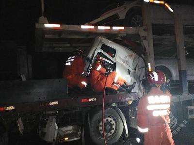京珠高速货车追尾致2人被困 赤壁消防紧急破拆救援