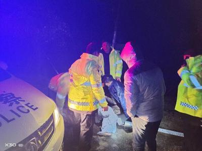 赤壁:警民联手救助走失老人,寒冷冬日温暖人心…