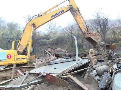 赤壁市拆除一处非法机制砂厂