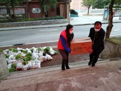 """【一线写实】无需动员的""""红马甲"""" 用志愿精神照亮十里纺城"""