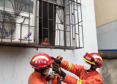 2岁男孩不慎将自己反锁屋内 赤壁消防拆防盗网救援