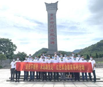【思想教育】30名退役军人在烈士墓碑前致敬行军礼